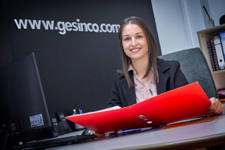 Cristina en oficina de Ontinyent