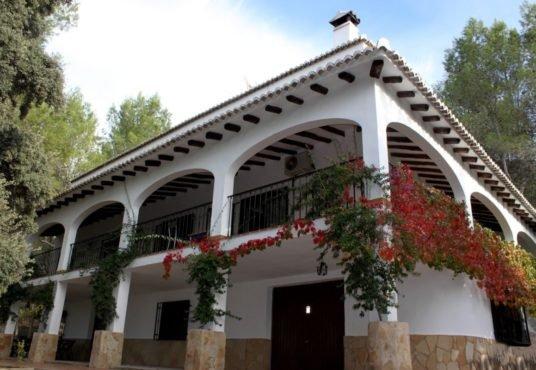 fachada posterior terraza y garaje