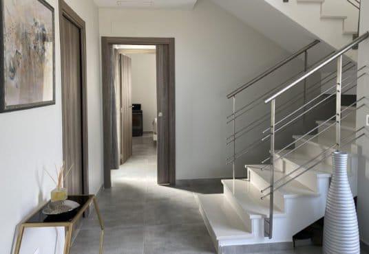 entrada con zona escaleras chalet aielo malferit
