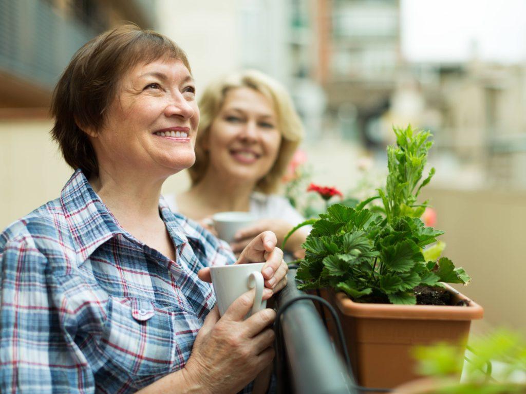 Tener una buena relación con tus vecinos aumenta la posibilidad de evitar okupas, ya que siempre estarán pendientes de ruidos en caso de que estéis ausentes.