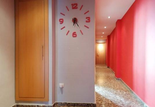 piso pasillo con reloj