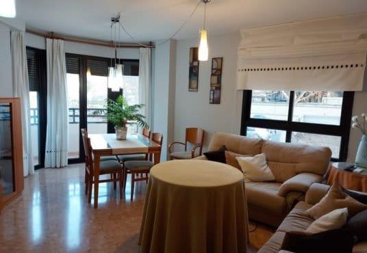 salon comedor chaflán con balcón